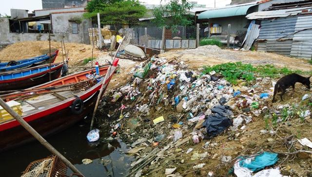 Nước thải từ chế biến thủy sản từ 2 cơ sở của hộ ông Cư và ông Hoàng thải thẳng xuống lạch chợ Bến, lâu ngày tích tụ gây mùi hôi thối cho nhiều hộ dân sống lân cận