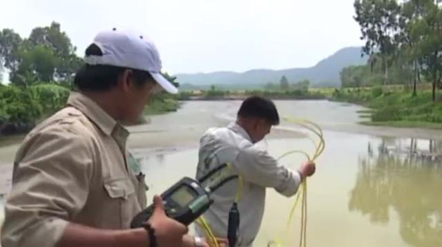 Cơ quan chức năng lấy mẫu nước trên sông Bùng phân tích.
