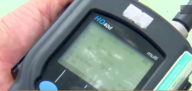 Sau khi lấy mẫu phân tích, thì được biết chỉ số nồng độ oxy hòa tan trong nước (DO) tại lồng bè nuôi cá của ông Chu Văn Thanh là 0,2 (mg/l) thấp hơn nhiều so với thực tế.